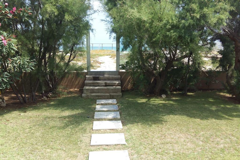Acceso jardin a sendero playa