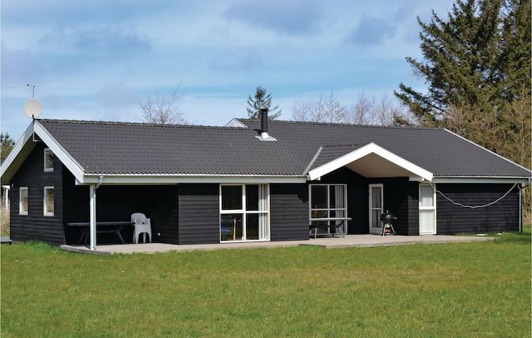Holiday cottage with 4 bedrooms on 150m² in Strandby