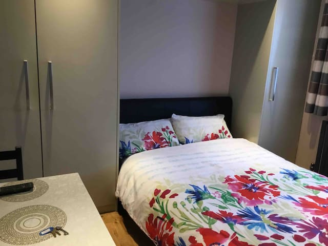 Double Bedroom in London with Private Bathroom