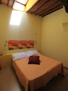 Simple room in main square - Montalcino