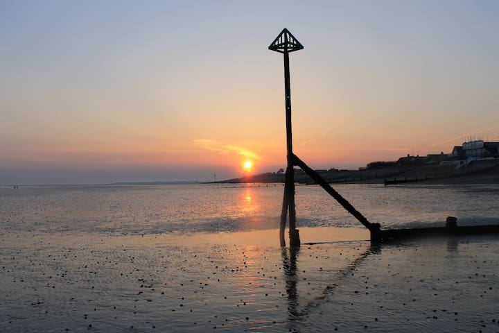 Bright and cosy, a 'Stonesthrow' from the beach! - West Wittering - Ev