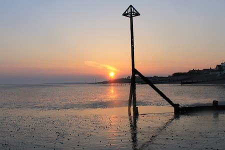 Bright and cosy, a 'Stonesthrow' from the beach! - West Wittering