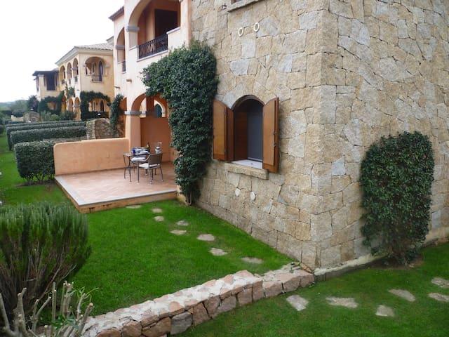 Elegante bilocale con portico e ampio giardino - Murta Maria - Appartement