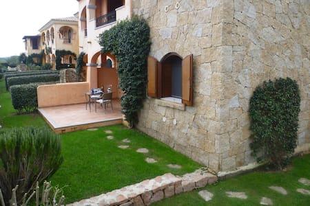 Elegante bilocale con portico e ampio giardino - Murta Maria - Lejlighed