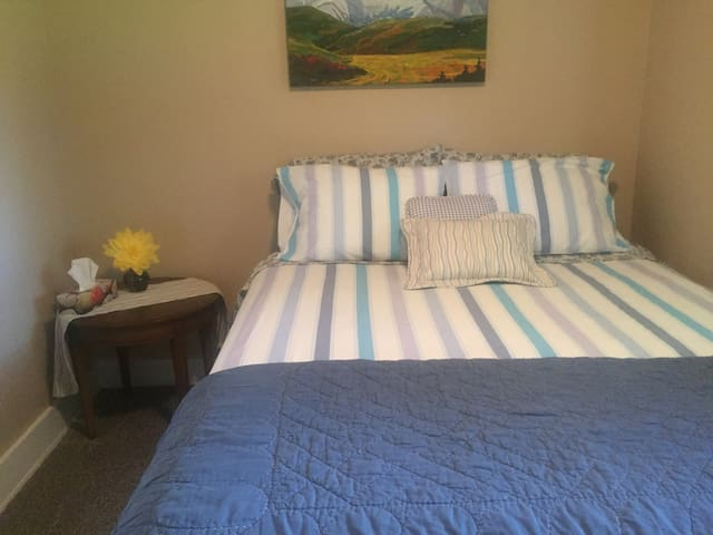 Room in Red Deer ~Downtown & close to the Hospital - Red Deer - Rumah