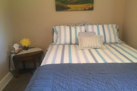 Room in Red Deer ~Downtown & close to the Hospital - Red Deer