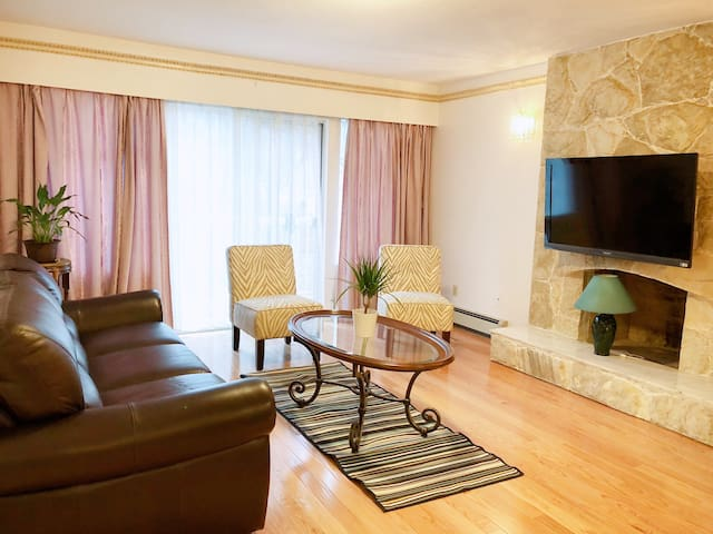 Large 2 Bedroom Suite w/ Private Entry Near Bus
