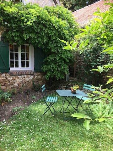 5 - Façade et coin pelouse