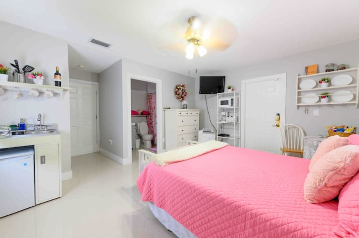 CHARMING STUDIO WITH PRIVATE ENTRANCE, PATIO & BBQ
