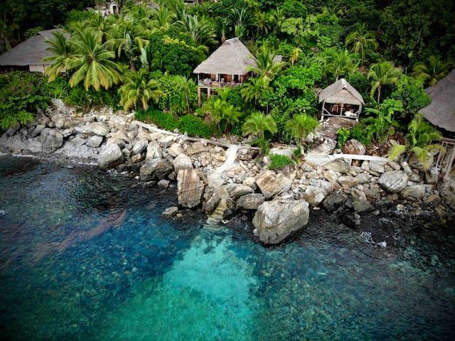 Maison de charme, jardin luxuriant, mer turquoise