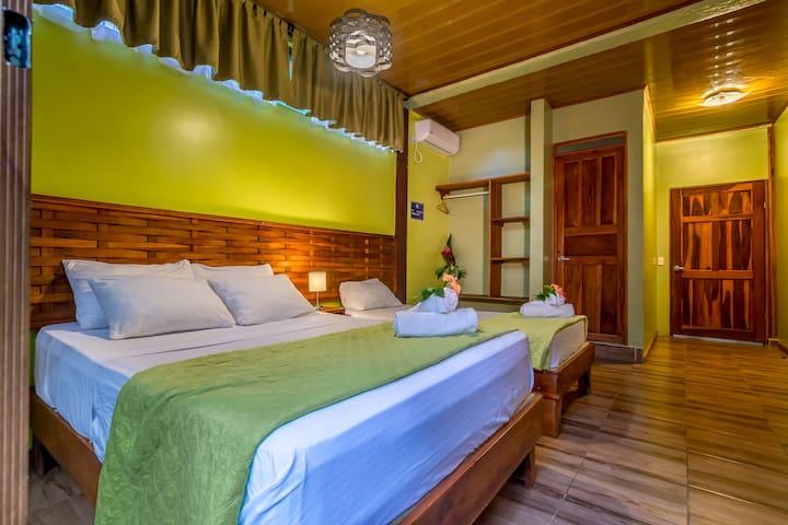 Habitación con terraza, en Sea Torres Hotel.