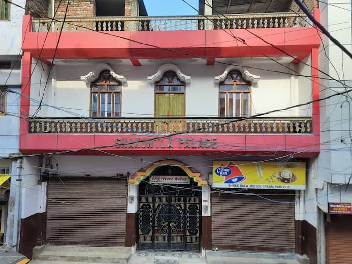Shakuntla Palace, Near VishnuPad Temple. 1 bedroom