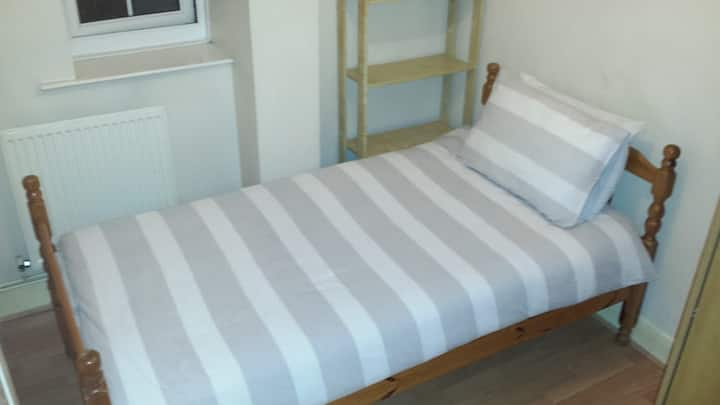 Small room for single guest close to Canary Wharf