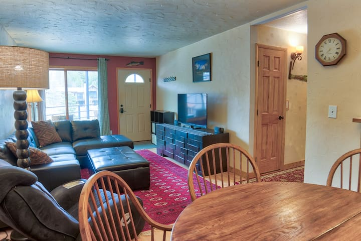 2 BDR Condo on Main Street - Walk to Everything!