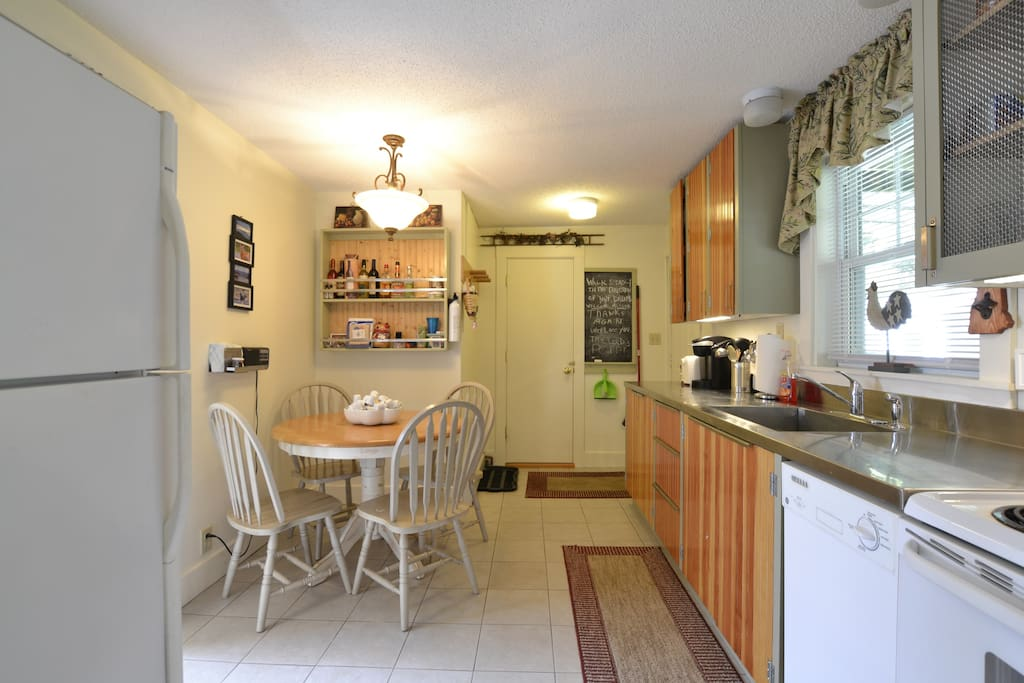 Eat-in kitchen with dishwasher, refrigerator and electric-range