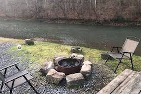 V8 River Cabin - 250 yds from Hatfield McCoy trail