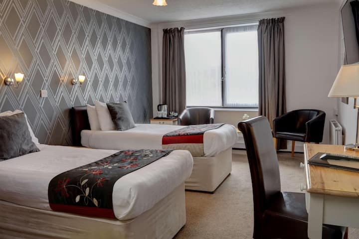 Essential and Business Travel Only: Private Double Two Beds At Brighton