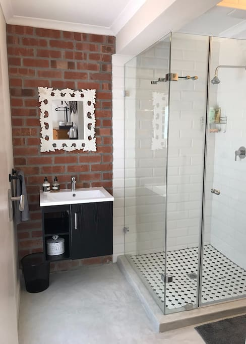 Newly renovated bathroom en suite with all the amenities.