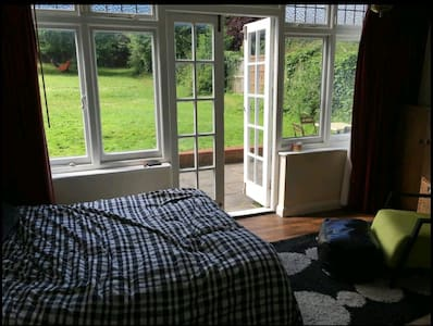 Spacious master bedroom - london - Hus