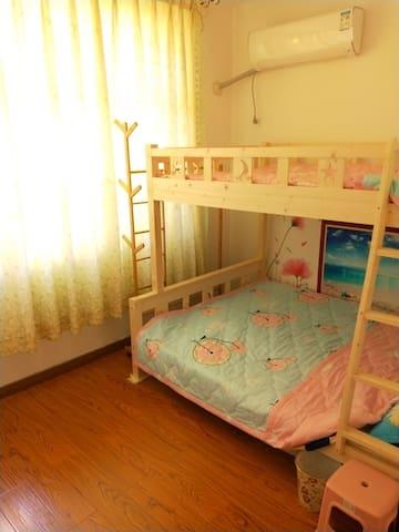欢乐海洋之家是一处两居一厅一卫的户型,此屋是其中一小居室可住2一3人,如要整户租用可另议。