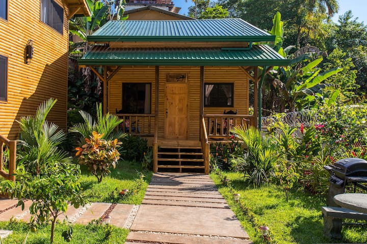 Eco-Cabin in ManuelAntonio,Loft, AC, Pool &Parking