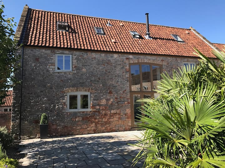 The Granary near Wells with on-site pool & spa