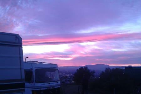 autocaravana en terreno soleado - Granada