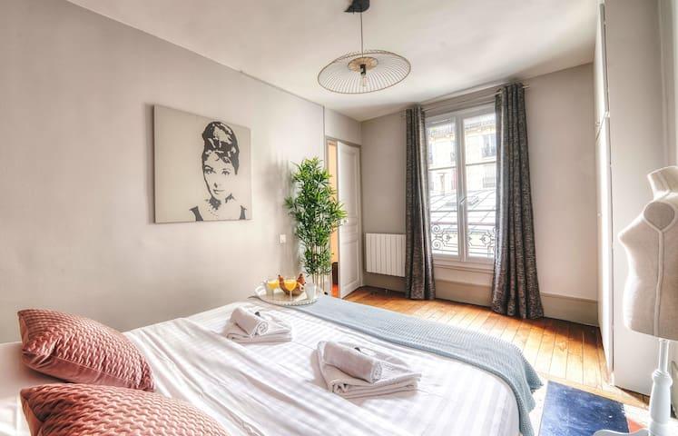 Best location near the Arc de Triomphe (2065)