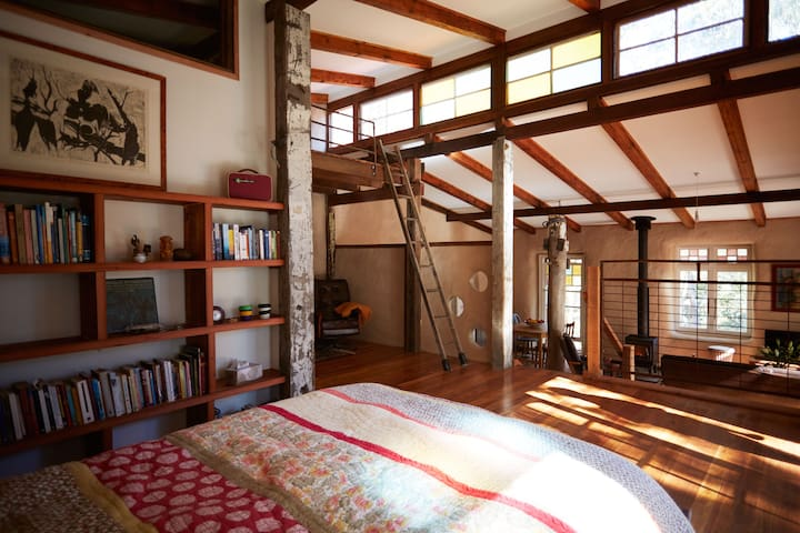 Strawbale cottage set in bush garden - Leura - Jordhus