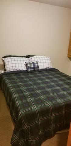 Bedroom 3, pic 1 (Queen bed, tempurpedic)