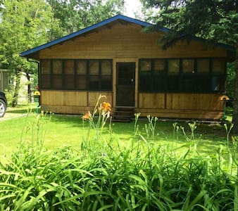 Lovely Loni Beach cabin, 1 block from the lake!