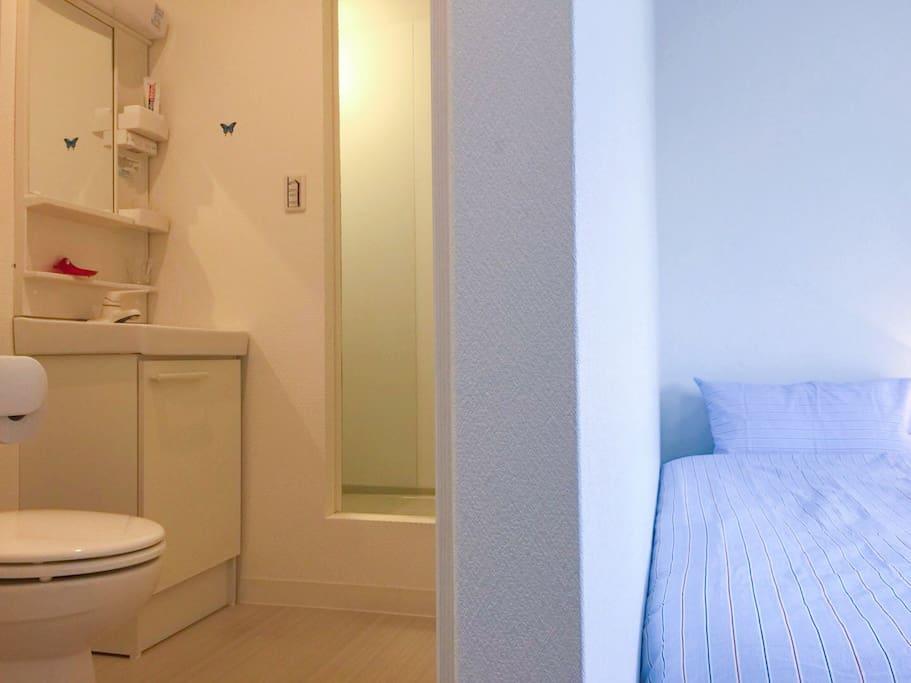 這是#301房間,房間內設有獨立衛生間、淋浴房和盥洗台!還有落地窗和陽台!
