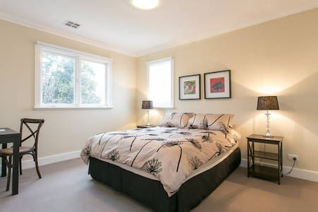 Bright and quiet room close to city - Kew - Maison