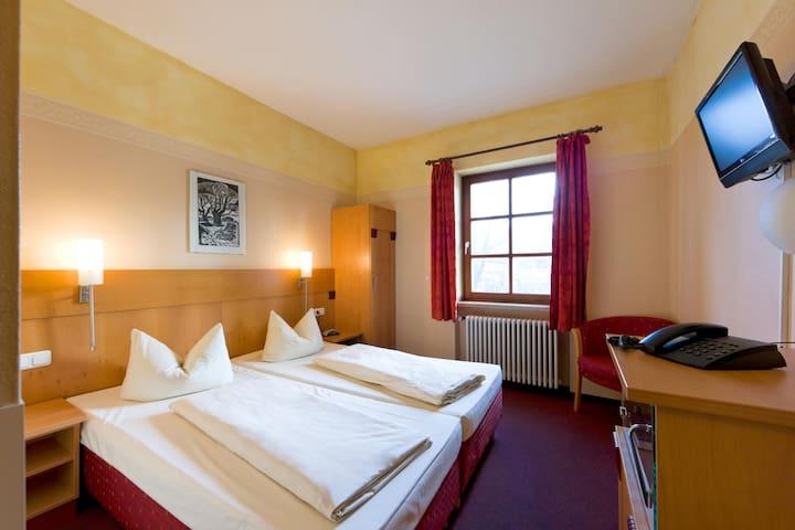 """Gasthof Hotel """"Zur Insel"""" (Landshut), Doppel- bzw. Zweibettzimmer mit kostenfreiem WLAN in zentraler Lage"""