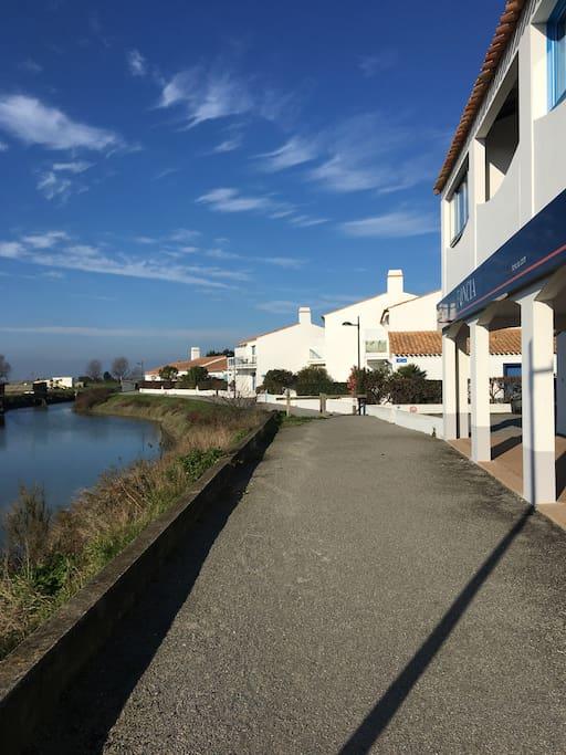 Piste cyclable devant l'appart : accès aux plages côté Jacobsen ou sinon jusqu'à Luzeronde, en passant par les marais