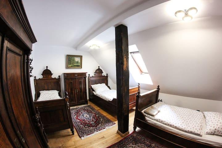 Dwór Gogolewo- pokój trzyosobowy