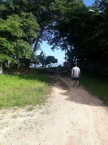 Caminho da praia fica a 800 metros do local na mesma direcao so atravessar a tua e ir em direcao a praia bom para caminhar
