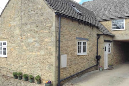 Beautiful Cotswold Cottage with Finnish Sauna