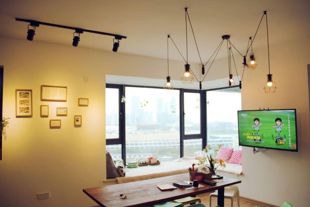 大客厅,大书桌,聊天写写明信片,慢悠悠的才有小岛旅行的气息