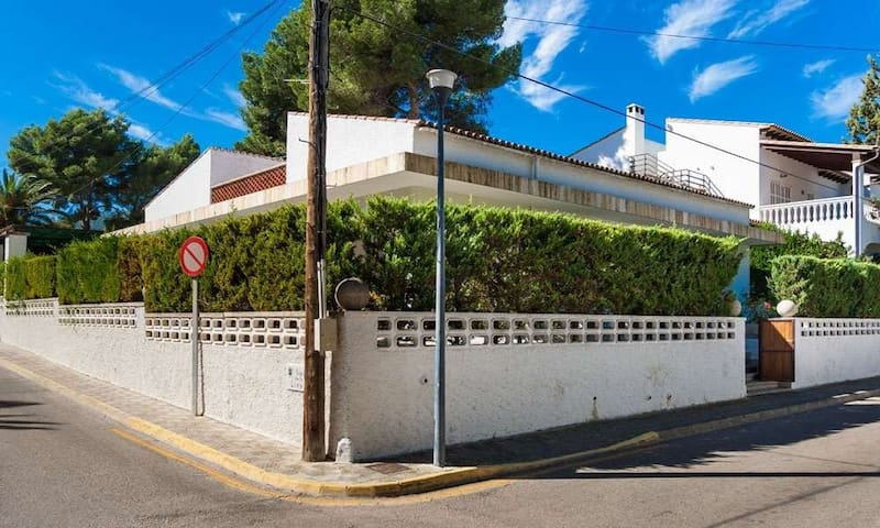 Near the beach and with a communal pool – Casa Can Sureda Mas