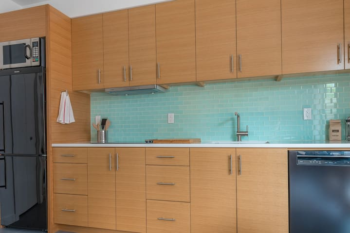 Mins to Conv Center & Downtown - W/D, Full Kitchen