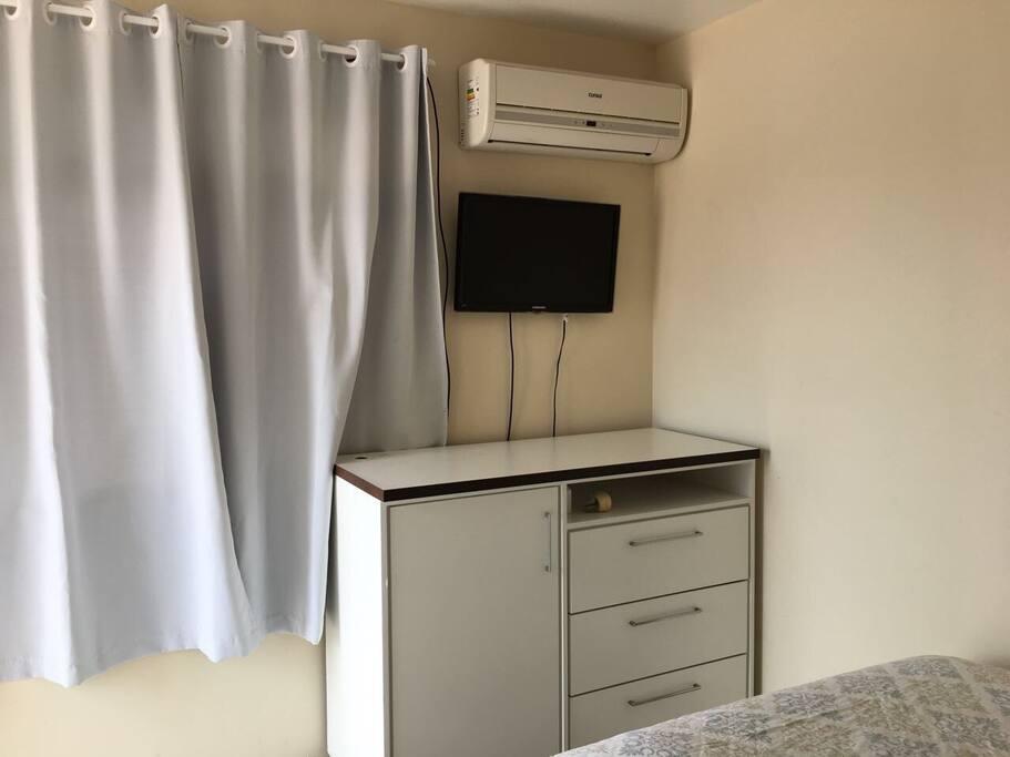 Ar condicionado,tv e armário