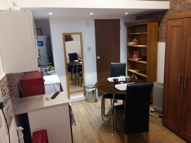 Private Studio Flat - Ensuite bathroom (London)