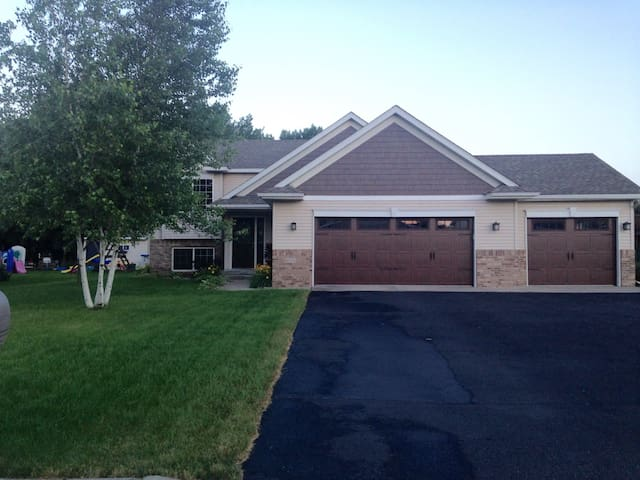 Beautiful Split Level Near St. Cloud - Sartell - House