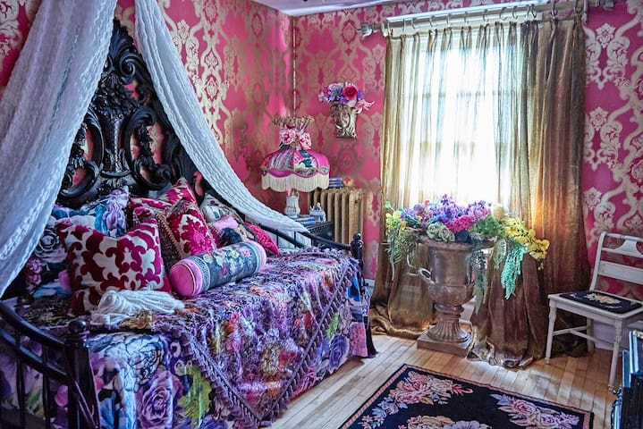 Italian Bedroom in 1800's Victorian Home, sleeps 2