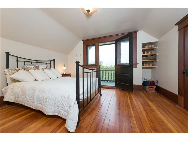 Warm, beautiful room with private balcony - New Westminster - Huis