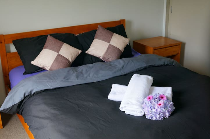 COMFY BIG BED CLOSE TO TRAINS/BUSES/SHOPS - Auckland