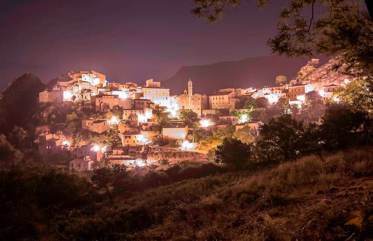 Spéloncato, l'un des plus beaux villages de Corse est perché en nid d'aigle