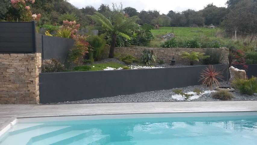 Maison avec piscine au bord de leau