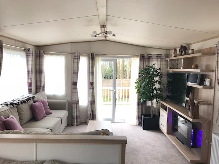 Beautiful static home in sunny woodland plot
